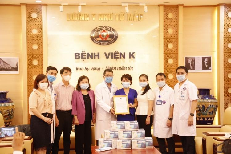 75.000 khẩu trang và 100 triệu đồng tiếp sức y bác sỹ Bệnh viện K trong đại dịch